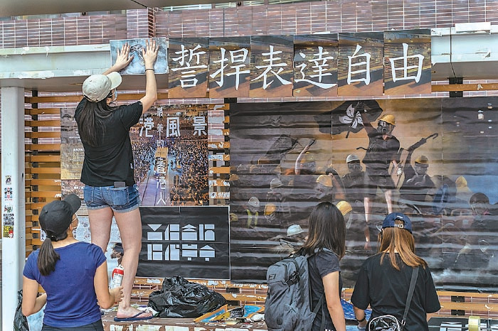 港大連儂牆早前遭不明人士破壞,學生9月29日修復,重貼上反送中海報及標語。(Anthony Kwan/Getty Images)