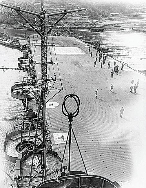 1945年10月19日,日本航母隼鷹號停在佐世保港口。(公有領域)