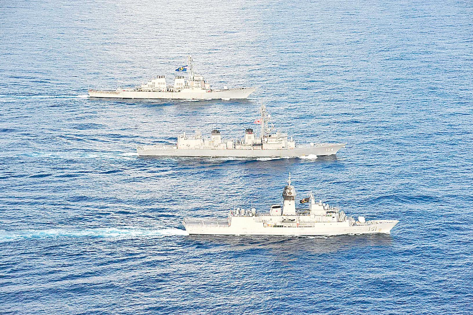 2020年10月20日,美軍伯克級驅逐艦麥凱恩號(DDG 56,後),日本海上自衛隊驅逐艦霧雨號(DD 104,中),澳洲皇家海軍阿倫塔號(FFH 151,前)在多國演習中一起在南中國海航行。(美國海軍)