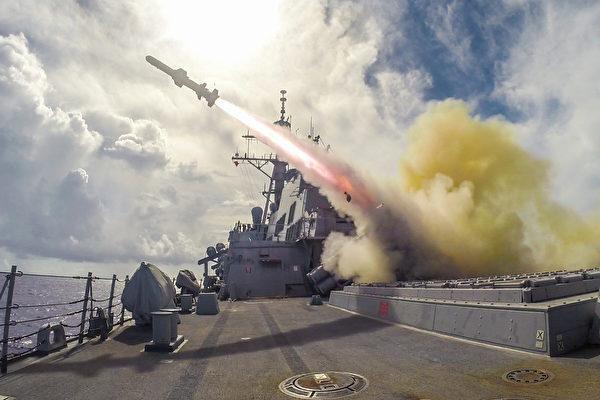 10月26日,中共五中全會召開首日,美國強硬回擊中共,再批准向台灣出售100套「魚叉」反艦導彈系統。圖為2015年8月12日,阿利伯克級導彈驅逐艦菲茨傑拉德(DDG 62)在關島附近水域進行實彈演習中,發射了魚叉導彈。菲茨傑拉德正在美國第7艦隊負責的巡邏區部署,以支持印度-亞太地區的安全與穩定。 (PATRICK DIONNE/US NAVY/AFP)
