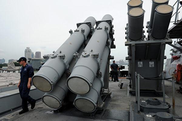 10月26日中共宣稱將對美對台軍售相關美公司、個人實施制裁。美國隨即公佈批准一周來第2度、總額約23.7億美金的對台軍售,100套「魚叉」海岸防禦系統及裝備。圖為魚叉導彈發射器。(NOEL CELIS/AFP/Getty Images)