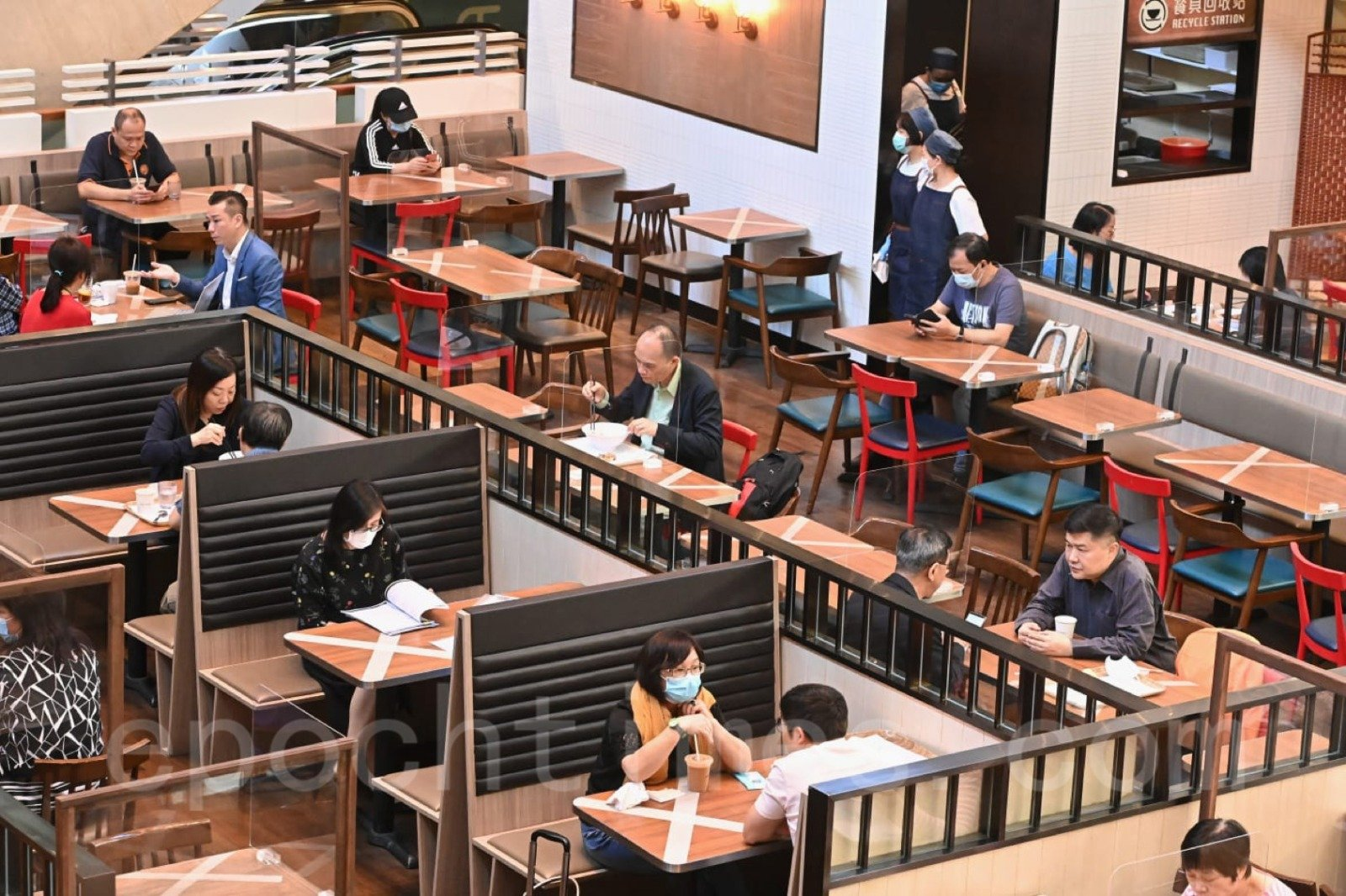 10月30日起,餐飲業務處所堂食時間延至凌晨2時,而食肆4人一枱的限制,放寬至6人一枱。(宋碧龍/大紀元)