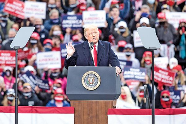 10月25日,總統特朗普在美國新罕布什爾州倫敦德里(Londonderry),曼徹斯特-波士頓地區機場舉行競選集會。(Scott Eisen/Getty Images)