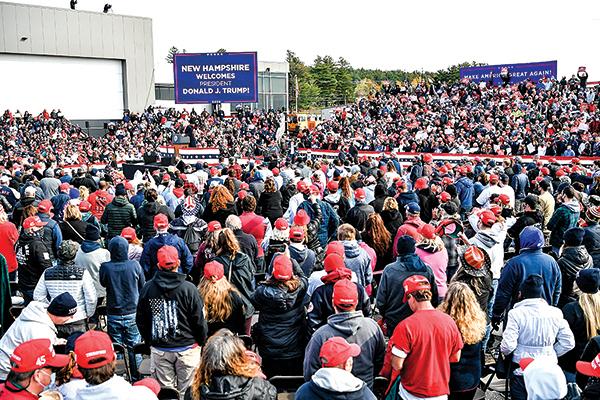 10月25日,總統特朗普在美國新罕布什爾州倫敦德里(Londonderry),曼徹斯特-波士頓地區機場舉行競選集會。圖為集會現場人山人海的支持者。(Scott Eisen/Getty Images)
