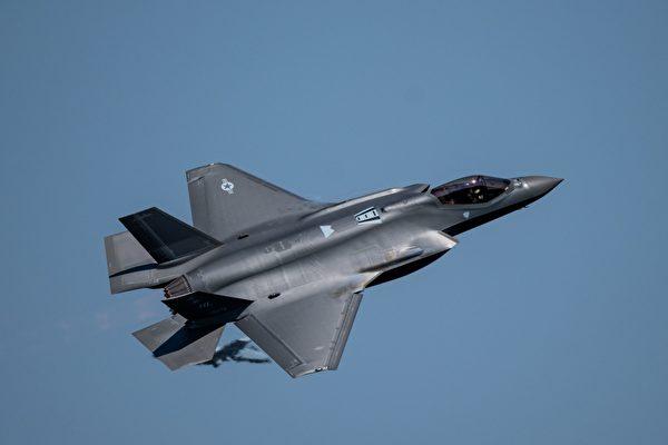 圖為一架F-35A戰機在華盛頓州上空進行飛行表演。(Kip SumnerU.S. Air Force)