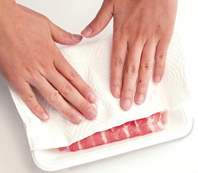 將肉類冷凍或冷藏保存時,須先用紙巾輕壓以吸乾血水。