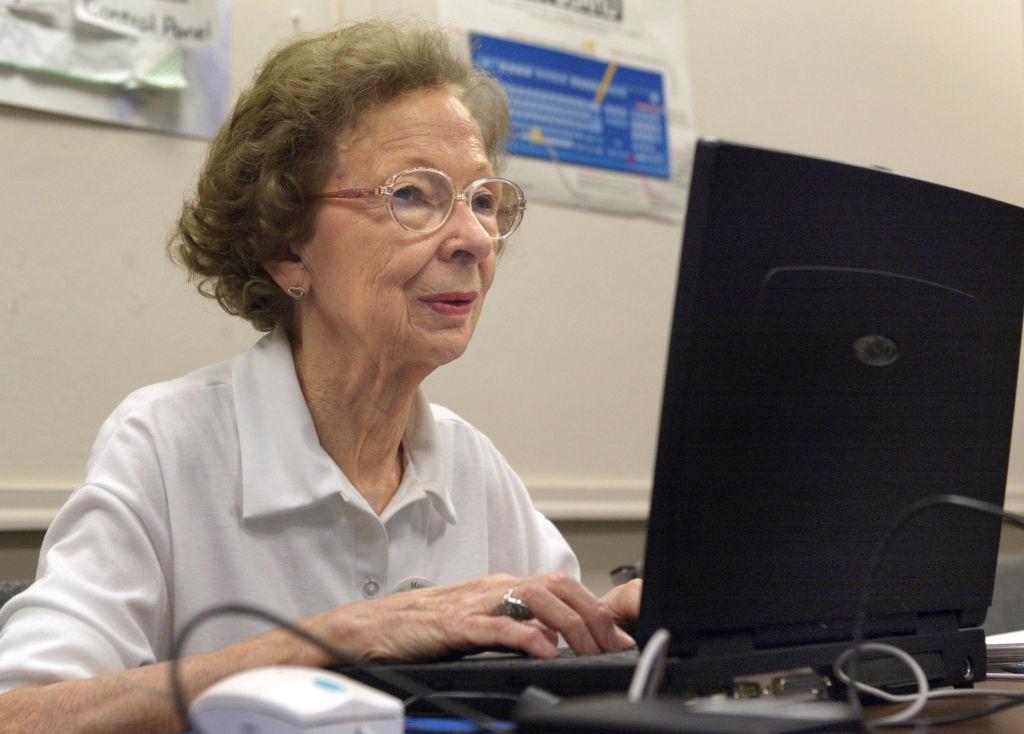 老年人學習計算機技能(圖片來源: Tim Boyle/Getty Images)