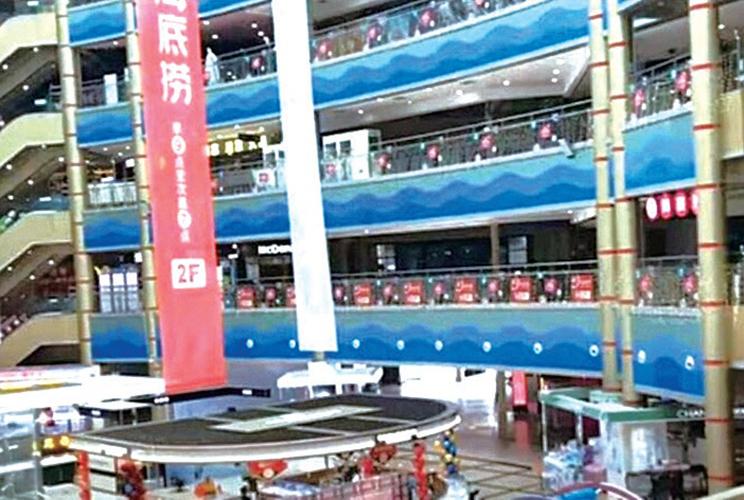 中國網友今年10月中旬在深圳市拍攝的影片顯示,當地商場冷冷清清,顧客寥寥無幾。(影片截圖)