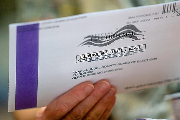 圖為郵寄的選票。(Drew Angerer/Getty Images)