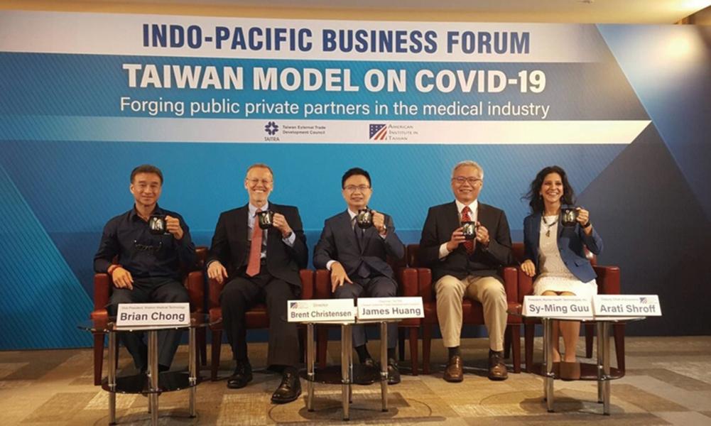 2020印太商業論壇(IPBF)28日在越南河內舉行,美國在台協會(AIT)處長酈英傑(左2)在會中以視訊致詞。(AIT提供)