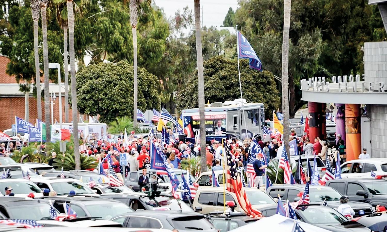 10月25日,數百位選民駕駛著私家車,聚集在加州雷東多海灘舉行車遊,支持美國總統特朗普成功連任。(Mike Chickey 提供)