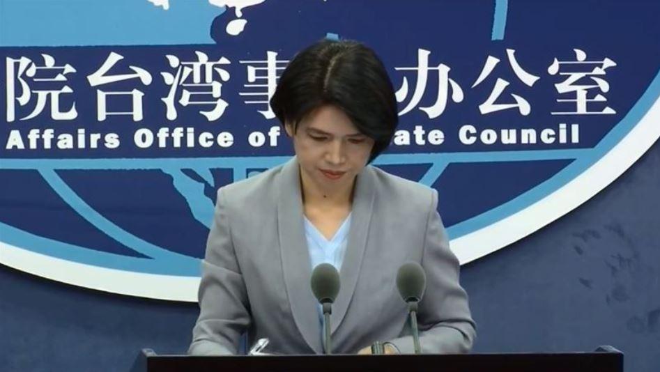 被網民稱作女戰狼的中共國台辦發言人朱鳳蓮,尷尬的低頭啞火40秒。(視頻截圖)