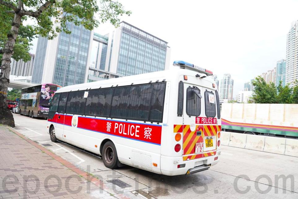警車與疑似便衣警員在西九龍裁判法院外戒備。(余鋼/大紀元)