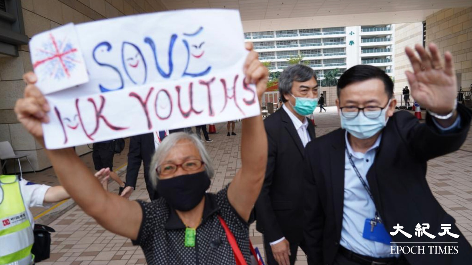 法院裁定鍾翰林不准保釋,押後案件至2021年1月7日再提訊,「王婆婆」王鳳瑤到場聲援被控人士。(余鋼/大紀元)