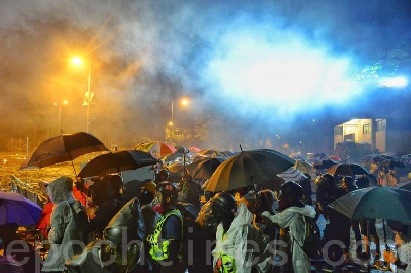 《理大圍城》、《佔領立法會》入圍阿姆斯特丹國際紀錄片電影節。圖為2019年11月17日深夜,在香港理工大學順暢路,防暴警察發射多枚催淚彈。(大紀元資料圖片)