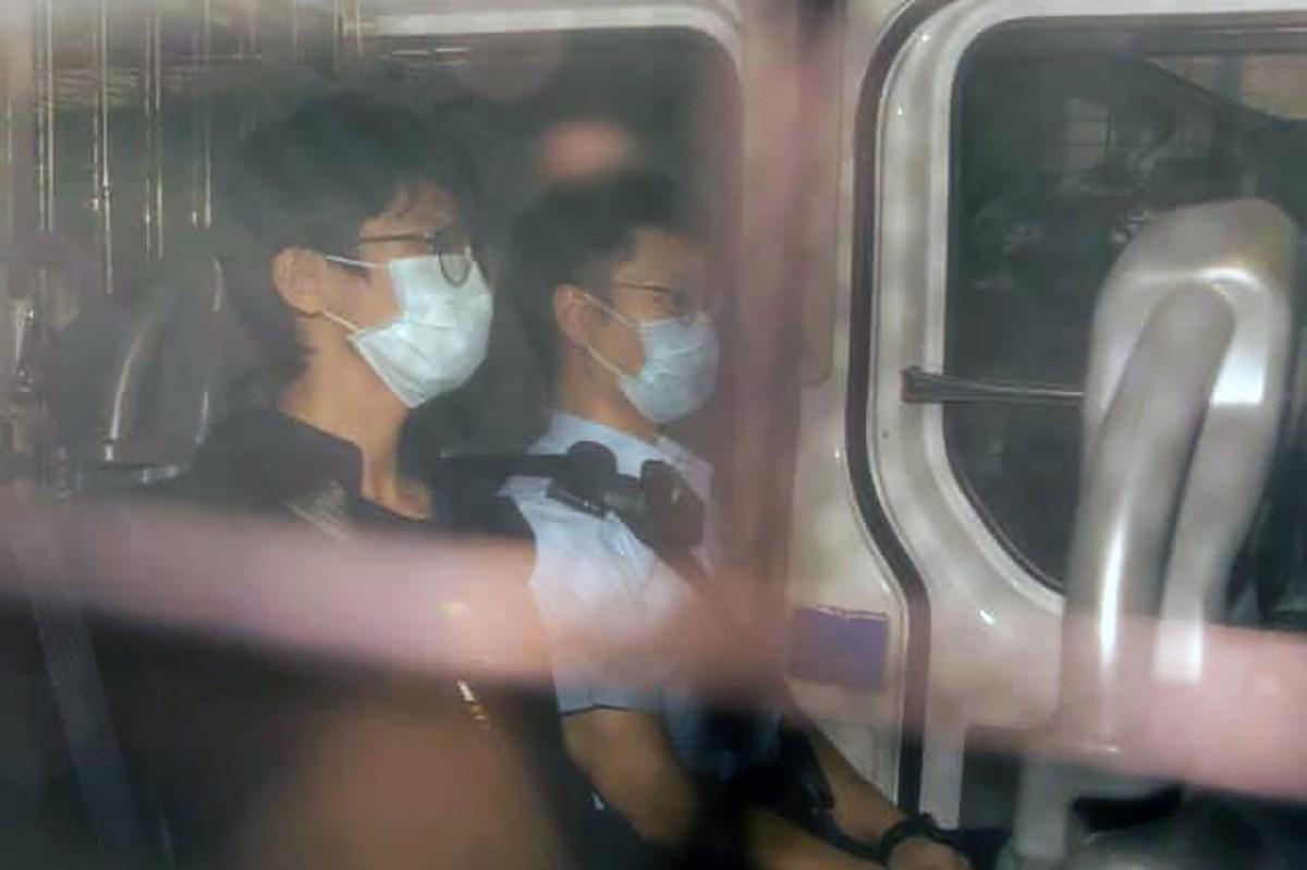 學生動員前召集人鍾翰林前日早上在咖啡店被警方帶走,拘留48小時之後被控四罪,包括「國安法」下的分裂國家罪,他今早由囚車押解往西九龍裁判法院提堂。(立場新聞相片)