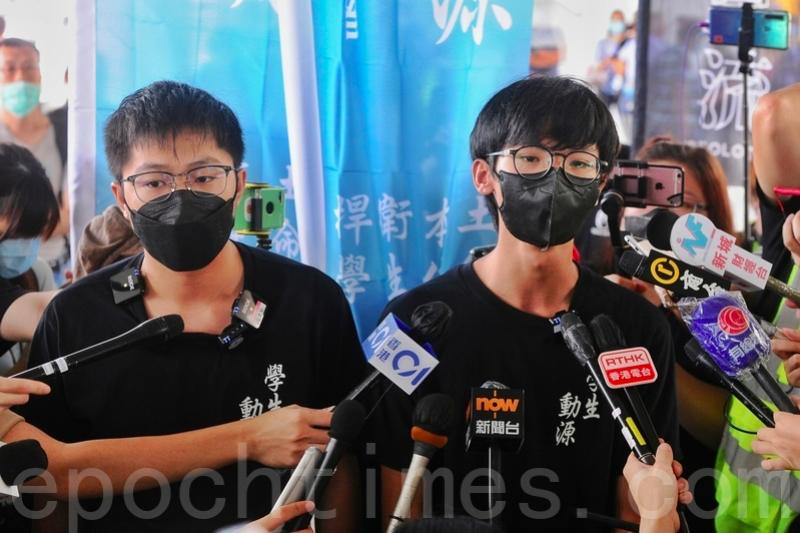今年6月7日,鍾翰林與其他學生組織成員在尖沙咀擺設街站,並接受傳媒訪問。(宋碧龍/大紀元)
