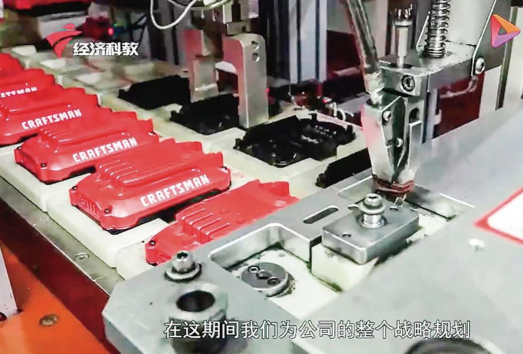 9月份,中共官媒製作的宣傳片,史丹利百得深圳分公司生產線出現在鏡頭中。(影片截圖)