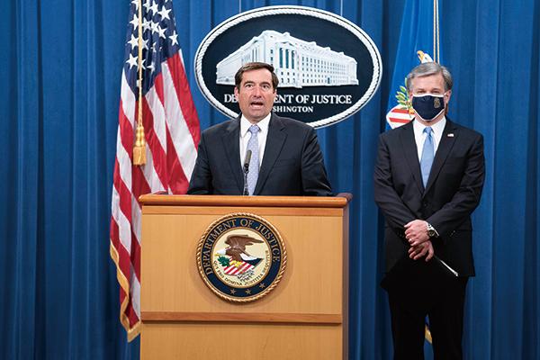 FBI局長雷(右)宣佈,指控8名涉中共「獵狐行動」的嫌疑人,全美聯合行動逮捕了其中5人。(Photo by Sarah Silbiger / POOL / AFP)