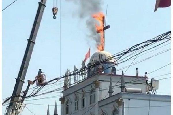 中共當局長期迫害中國宗教團體,強拆教堂,燒燬十字架。(對華援助協會提供)