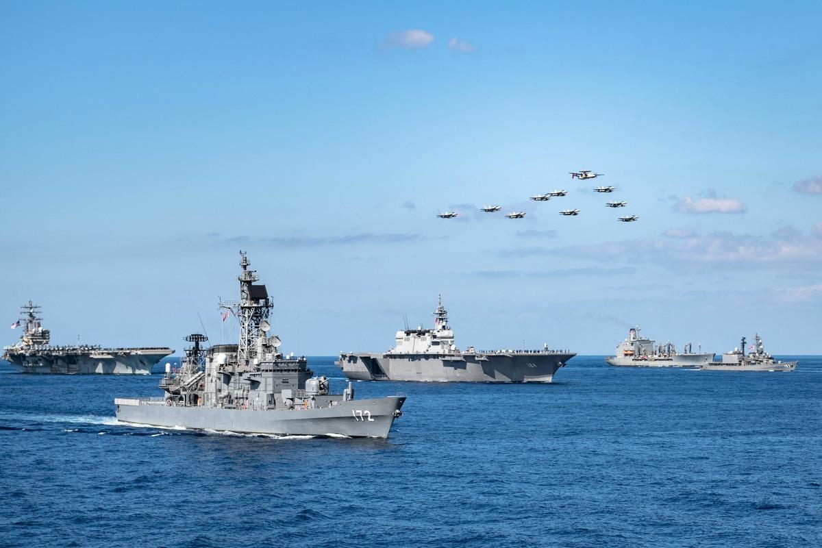 10月下旬,日本「出雲」 級直升機護衛艦「加賀」號(圖中184艦)和美國海軍列根號航母(左一)共同參加了「利劍」演習。(US Navy)