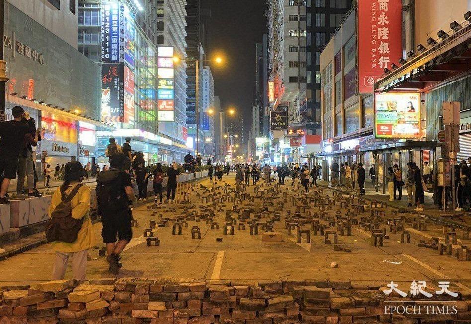 香港抗爭者擺出的「磚陣」,獲提名角逐英國「比斯利年度設計大獎」。圖為香港2019年位於旺角彌敦道的「磚陣」。(大紀元資料圖片)