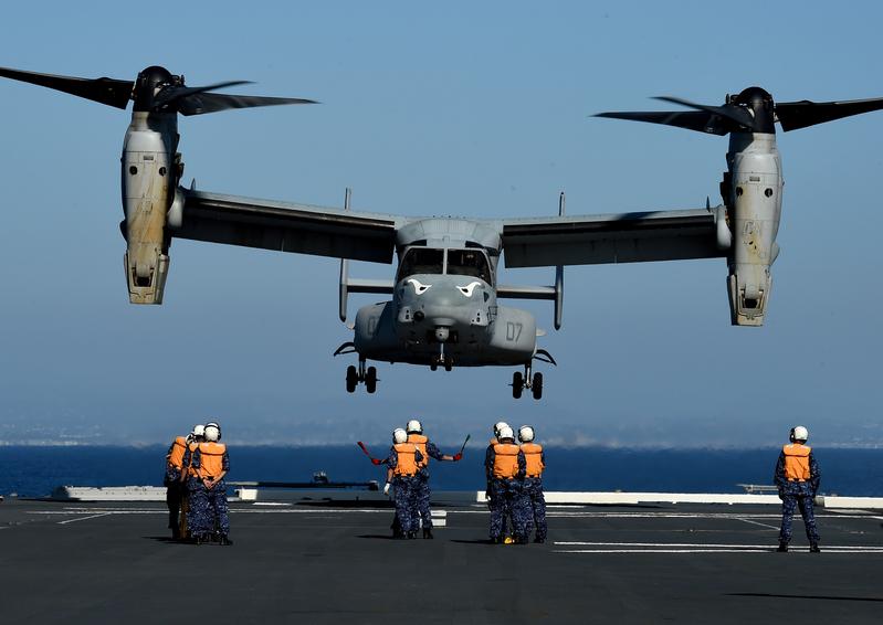 10月26日,美軍CV-22魚鷹戰機首次降落日本准航母甲板上,搭載駐日美軍司令、陸軍中將凱文施奈德與日本防衛省統合幕僚長山崎幸二。日本醞釀2021年舉行35年來最大規模軍演。圖為美軍「魚鷹」旋翼機。(Lance Cpl. Juan Anaya/美國海軍陸戰隊)
