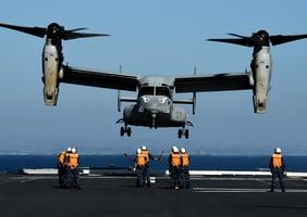 美軍司令首次搭魚鷹戰機降落日本準航母