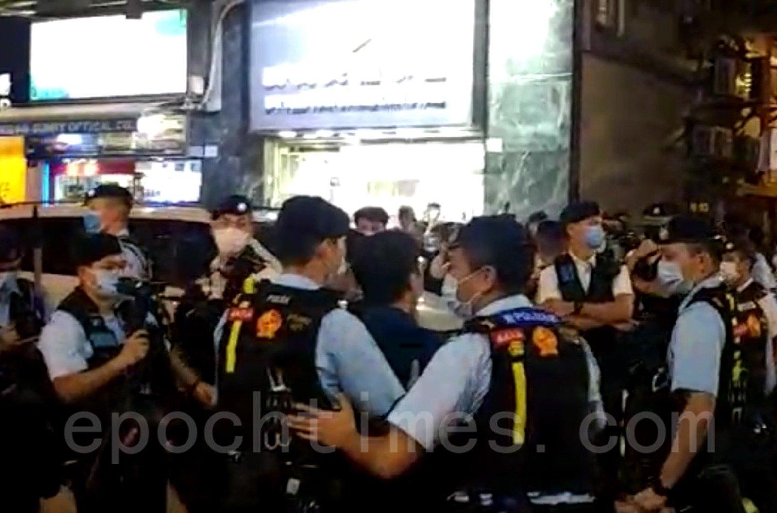 10月31日,元朗區議員伍健偉到太子站了解情況,警方卻以涉嫌在公眾地方行為不檢為由將他拘捕。( Wendy/大紀元)