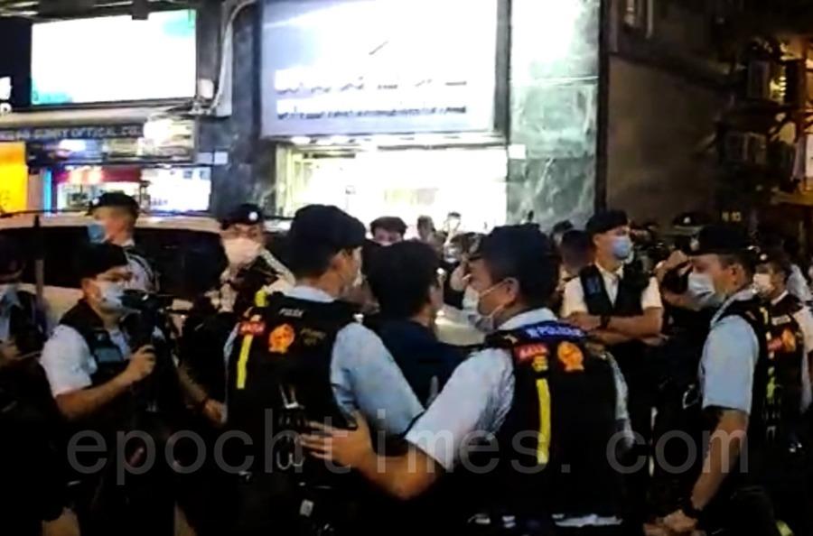 港8.31事件十四個月 市民太子站獻花 區議員被捕