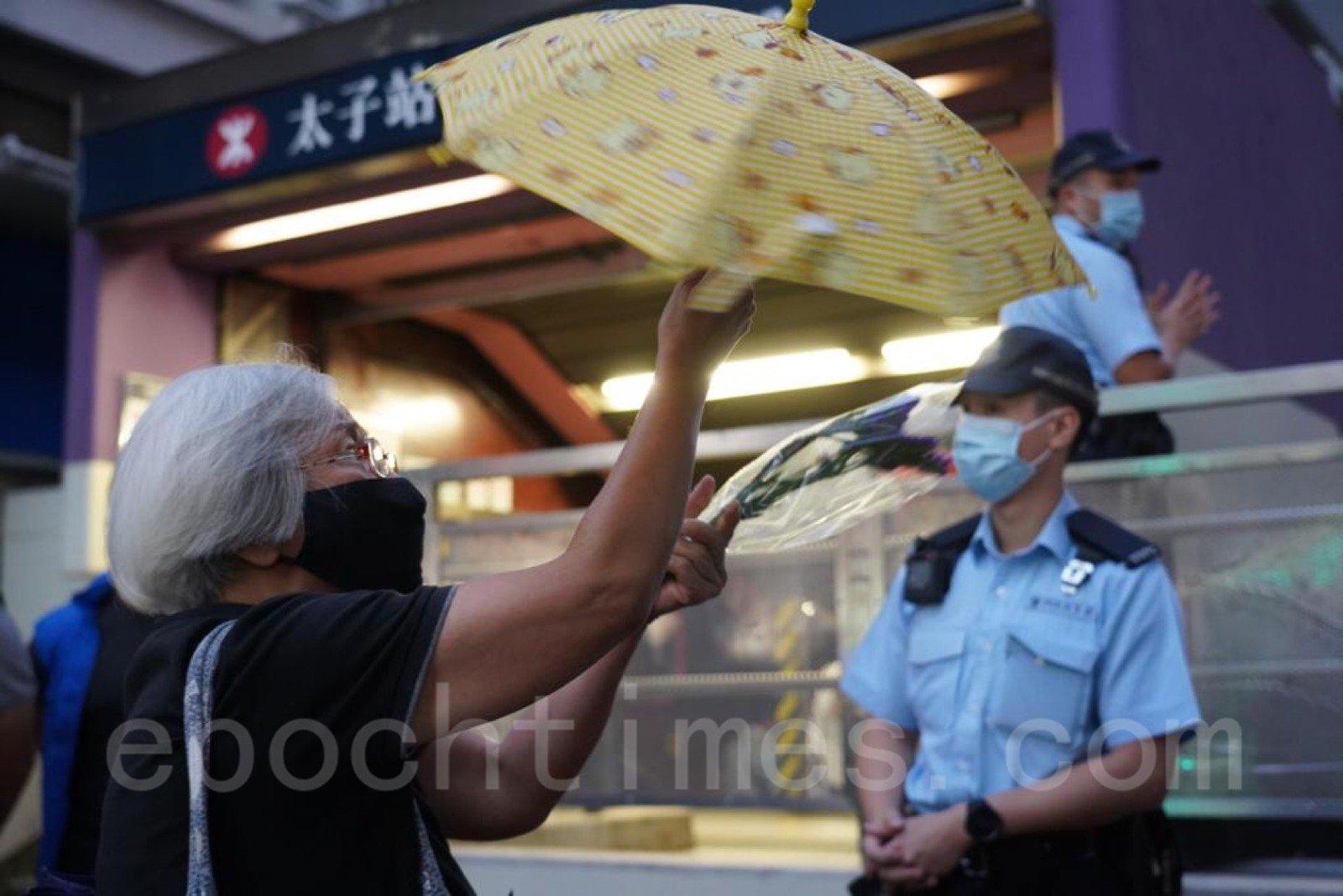 「王婆婆」王鳳瑤今日亦到太子站外獻花悼念。(Wendy/大紀元)