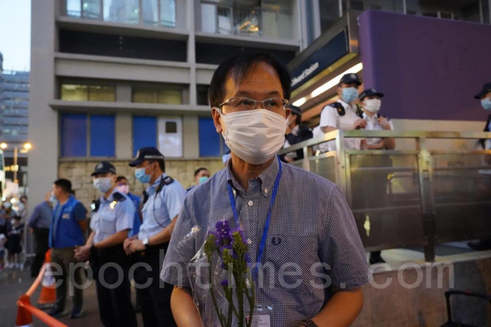 10月31日是港鐵太子站8.31事件14個月,下午陸續有市民到太子站出口外獻花。(Wendy/大紀元)