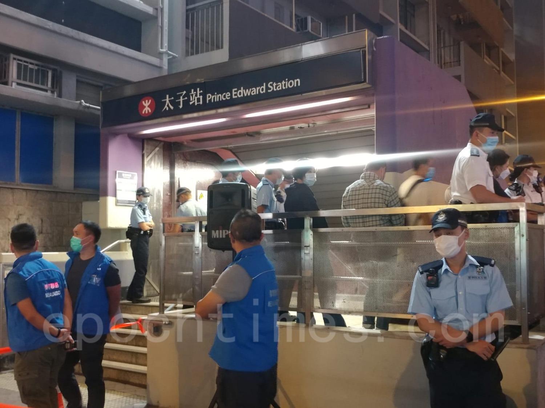 大批警員在太子站一帶戒備。(Wendy/大紀元)