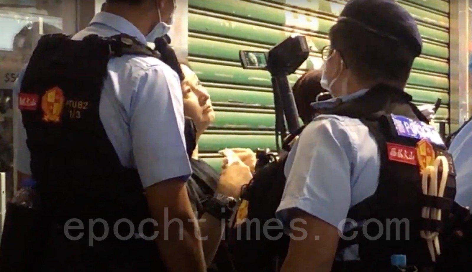 有女子被警方截查。(Wendy/大紀元)