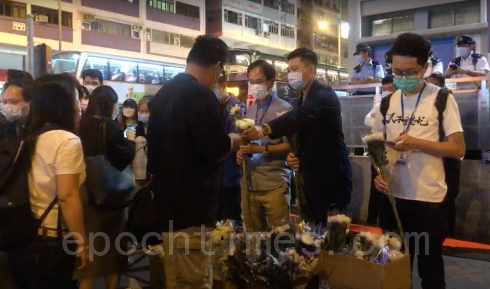 10 月31日,有區議員到太子站外幫助收集市民鮮花。(Wendy/大紀元)