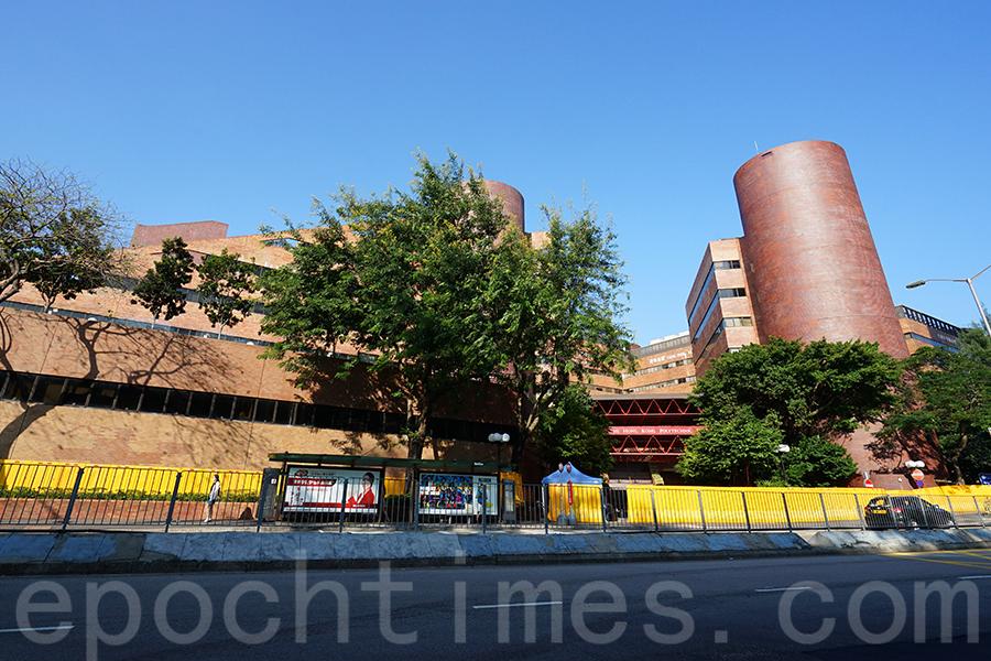 香港理工大學如今周邊被圍上水馬,戒備森嚴,出入都需登記。(曾蓮/大紀元)
