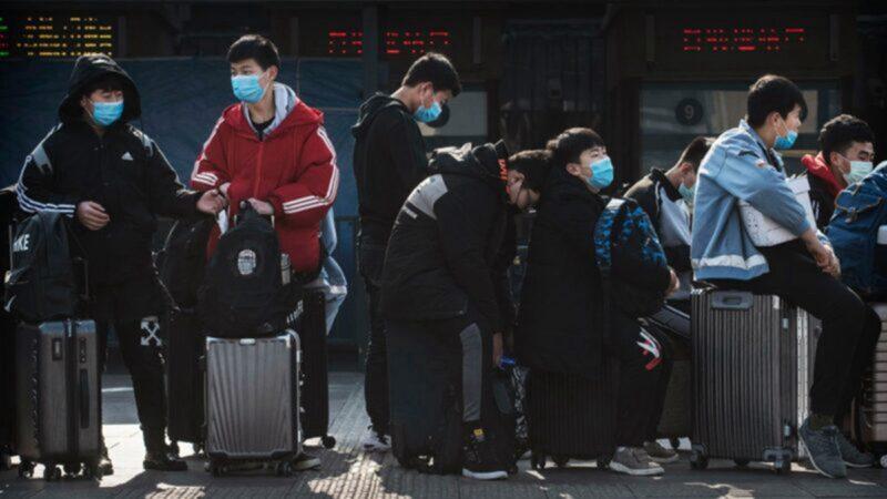 圖為中國留學生在機場等候返回中國的資料圖。(Kevin Frayer/Getty Images)