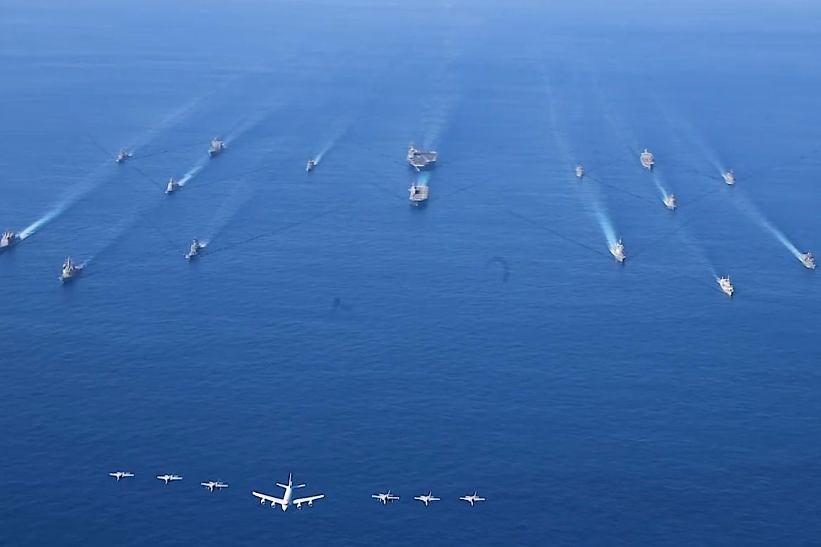 日本正在制定重磅軍備計劃,建造新型海上驅逐艦,並裝備「宙斯盾」。圖為10月26日,美、日舉行4萬6千兵力「利劍」大規模海陸空聯合軍事演習。(美軍Facebook影片截圖)
