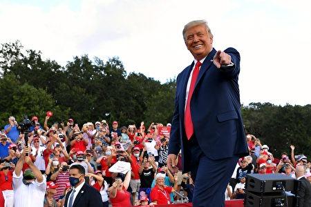 最新民調顯示,特朗普的全國支持度是48%,領先拜登的47%。預測特朗普可能會獲得326張選舉人票,大勝拜登的212票。(MANDEL NGAN/AFP via Getty Images)