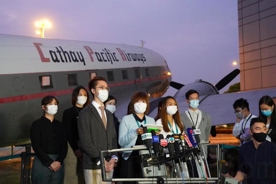 11月3日,國泰空中服務員工會代表在會員大會後會見傳媒。(余鋼/大紀元)