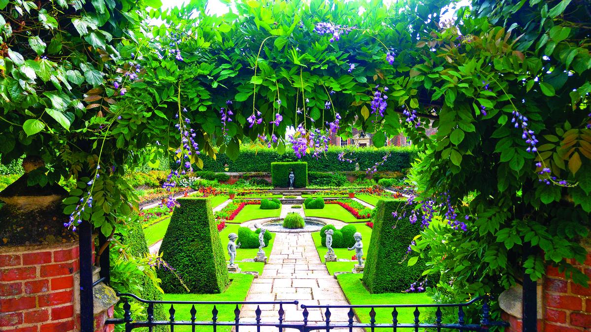 漢普頓花園的風格是整齊且有序的。圖為英國漢普敦宮的庭園。