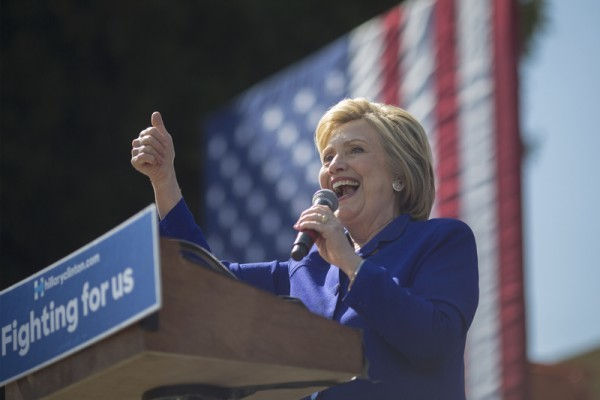 美國民主黨總統候選人希拉莉正在招募無證「夢想」移民加入她的選戰,助她爭取到更多拉丁裔的選票。這可算是希拉莉在大選中打出的一張情感牌,藉此拉攏對非法移民具同情心的2730萬拉丁裔選民。(David McNew/Getty Images)