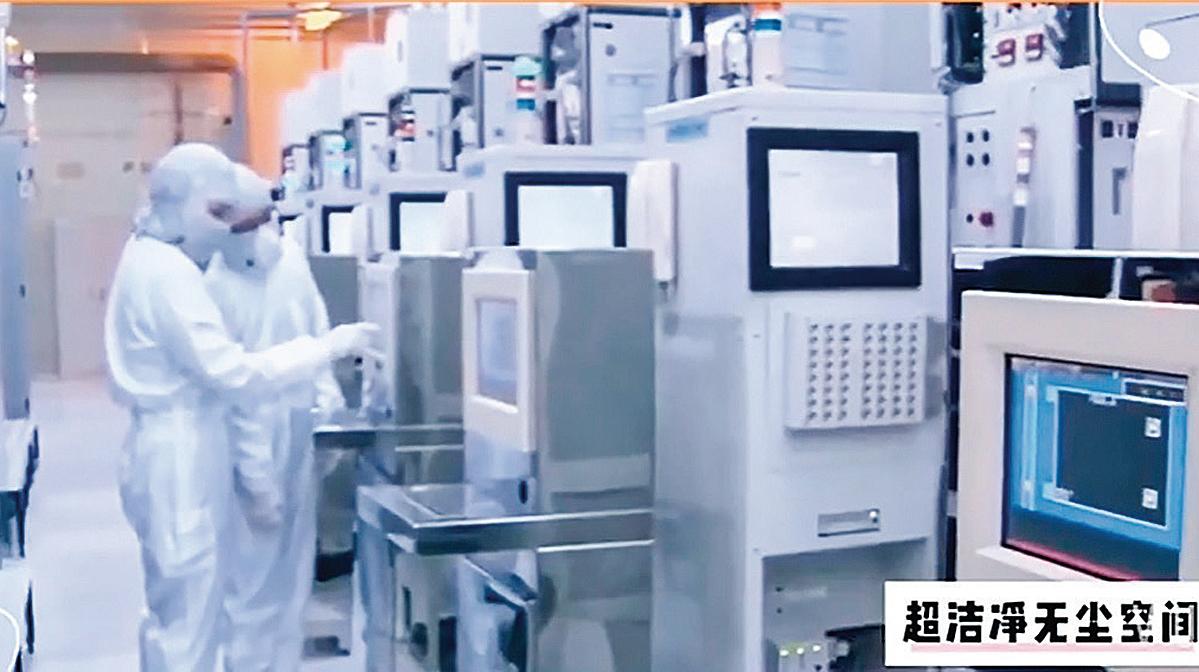 華為的巴農5G01、麒麟990等主力晶片為7納米製程,此前由台積電代工。而華虹集團旗下的華虹宏力目前最先進的製程是65納米,上海華力的穩定製程只達到55納米,離華為的需求相差甚遠。圖為華虹宏力廠房。(影片截圖)