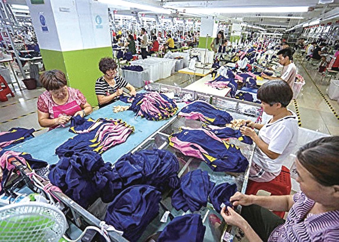 大陸服裝業經歷中美貿易戰、疫情,目前仍處於困境。圖為福建晉江一家服裝製造廠。(Getty Images)