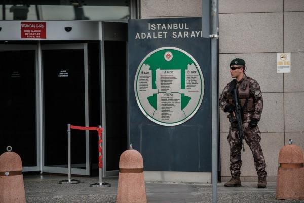 土耳其警方於2016年8月15日搜索伊斯坦堡法院,逮捕173名涉嫌參與上個月流產政變的司法人員。本圖為一名特警在伊斯坦堡法院前戒護。(OZAN KOSE/AFP/Getty Images)