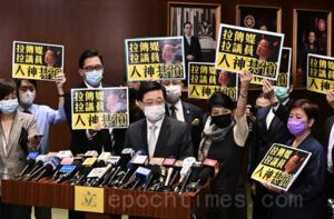 【圖片新聞】民主派議員包圍李家超抗議 斥警方報復傳媒