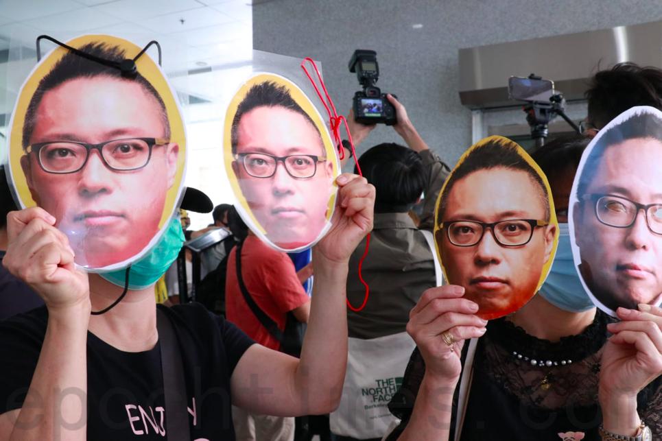 多名市民今日特別戴上譚得志面具以表示聲援。(杜夫 / 大紀元)