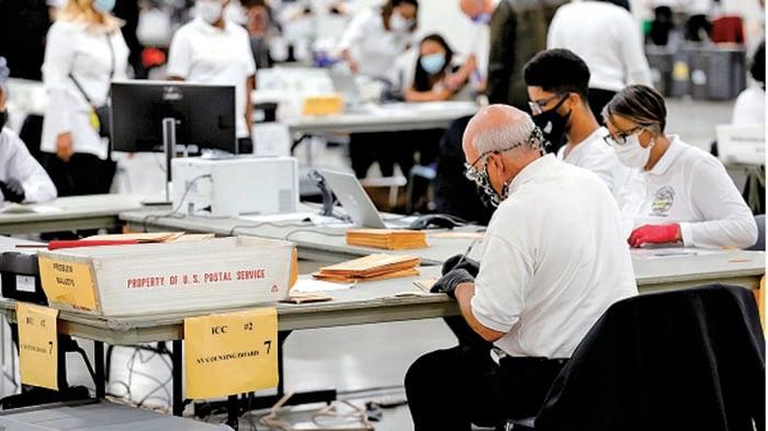 今屆美國大選,逾1億選民透過親身或郵寄提早投票,目前仍有大量郵寄投票未點算,將左右選舉結果。(JEFF KOWALSKY/AFP via Getty Images)