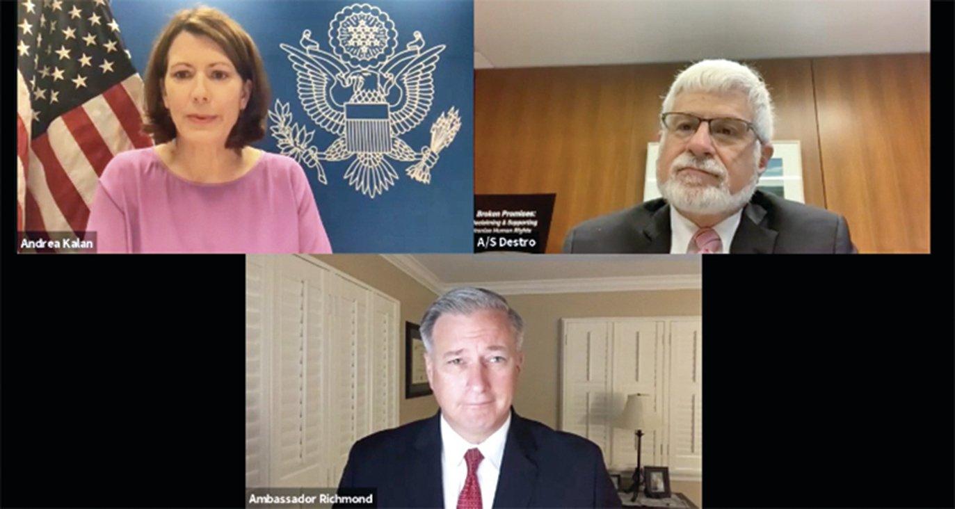 2020年10月16日,美國國務院舉行線上視頻新聞會。上排右為美國助理國務卿德斯特羅,下排為美國國務院打擊人口販運問題的大使里士滿。(美國國務院視頻截圖)