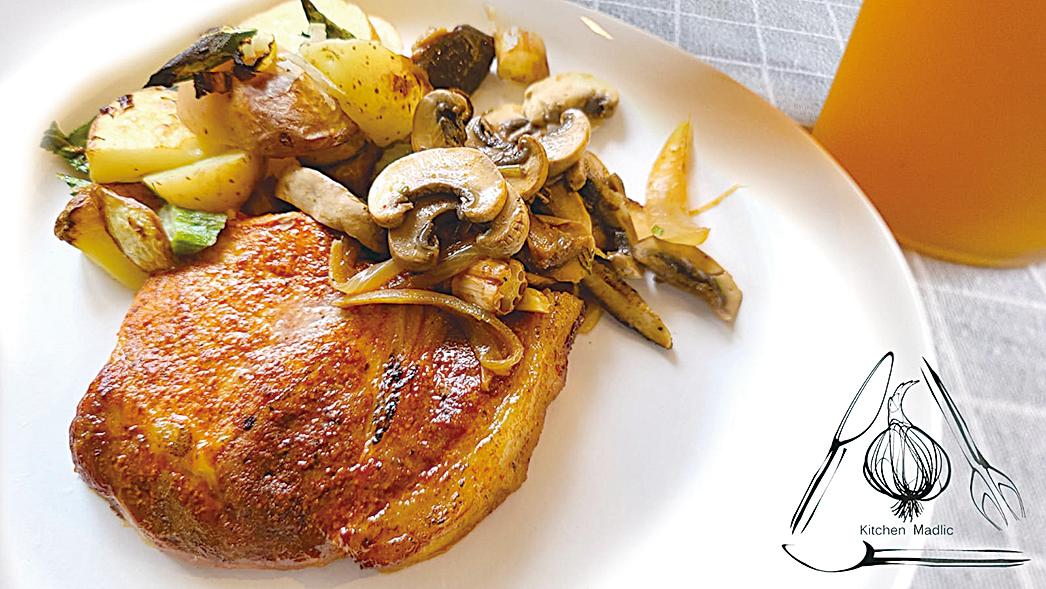 焗卡宴辣椒猪斧頭扒配炒蓮尖野菌及焗薯。(Kitchen Madlic提供)